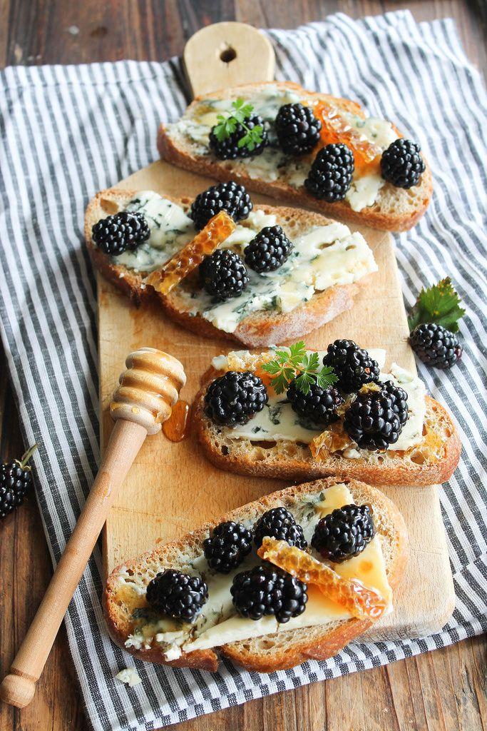 Tartines au roquefort, mûres et miel - Ingrédients : 8 tranches de pain de campagne, 150 g de roquefort papillon, 100 g de mûres, du pain de miel...