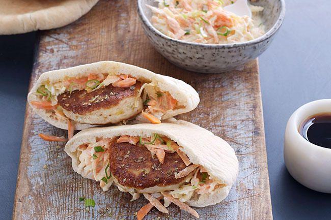 Fiskekaker i pitabrød med coleslaw