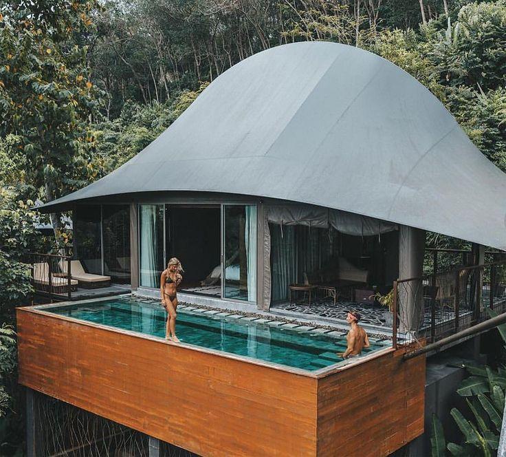 """Schovaný hlboko v kopcoch thajského ostrova Phuket leží čarovný dovolenkový rezort Keemala. Je však úplne iný, než klasické horské, či nebodaj plážové rezorty. Keemalu navrhli štúdia Space Architects a Pisud Design Company. Prišli s úžasným a pritom jednoduchým konceptom. Povedali si: """"Nesekajme a neničme úžasne stromy, ale prispôsobme sa im"""". Na jednej strane, nemuseli tam …"""