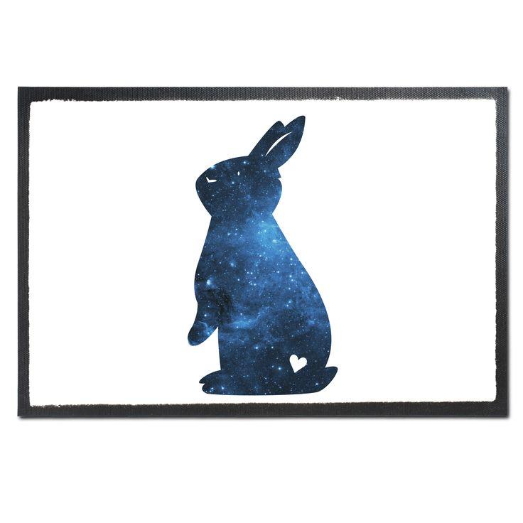 Fußmatte Kaninchen Hase aus Velour  Schwarz - Das Original von Mr. & Mrs. Panda.  Die wunderschönen Fussmatten von Mr. & Mrs. Panda sind etwas ganz besonderes. Alle Motive werden von uns entworfen und jede Fussmatte wird von uns in unserer Manufaktur selbst bedruckt und liebevoll an euch verschickt. Die Grösse der Fussmatte beträgt 60cm x 40cm.    Über unser Motiv Kaninchen Hase  Die Nagetiere sind bei Kindern wegen ihrer Größe, wegen dem flauschigen Fell und ihrem ruhigen Gemüt sehr…