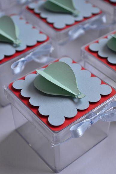 Caixa de acrílico personalizado com papel de scrapbook. O balão está em 3D. A caixa vai com a fita de cetim azul. Posso fazer em outras cores se desejar. Quantidade mínima de 15 peças para esse produto. O valor é cobrado por unidade. R$ 5,00