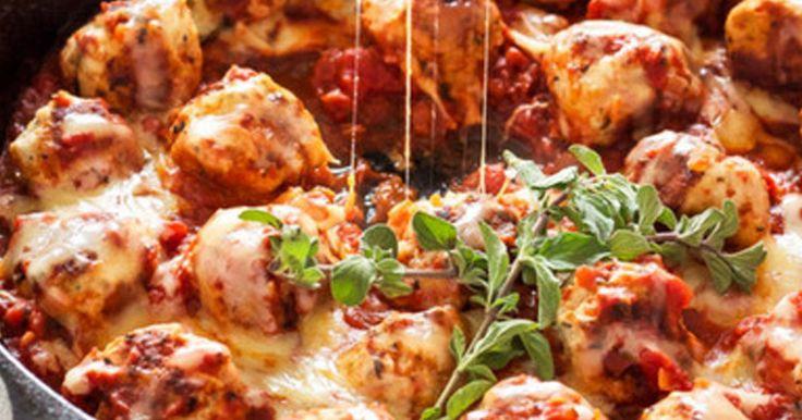 Kuličky z mletého masa, které v sobě skrývají překvapení v podobě mozzarelly. Výborná kombinace koření a rajčatové omáčky dodá masu originální chuť. Čas přípravy: 30 minut Ingredience 1/2 kg mletého masa (krůtí nebo hovězí) 1 vejce 1/4 hrnku strouhanky 1 lžíce omáčky Worcestr 1 stroužek třeného česneku 1 lžička sušené bazalky 3/4 lžičky sušeného oregana ...