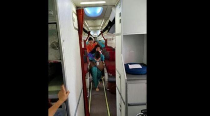 Ini Foto Pramugari Garuda yang Gendong Seorang Nenek di Pesawat - http://wp.me/p70qx9-7x7