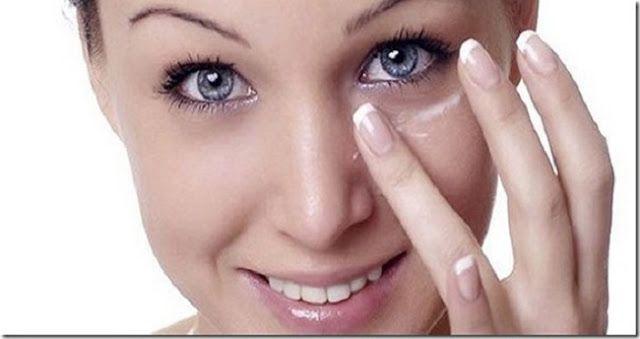 Ela passa bicarbonato debaixo dos olhos; quando você souber por quê, vai querer fazer o mesmo! | Cura pela Natureza.com.br