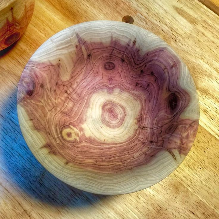 The inside of a Cedar #bowl. Not the most amenable wood on the lathe but a sharp chisel all the way through helps a ton! La parte de adentro de un cuenco de Madera Cedro. Esta madera no es muy amigable en el torno pero con una gubia bien afilada se maneje mucho más fácil. #wood #woodwork #woodturner #woodturning #Lathe #NOVA #MadeitonmyNOVA #create #carpenter #carpentergirl #oneofakind #artisan #art #decorative #decor #decorativeart  #maker #DIY de carmen_delapaz…
