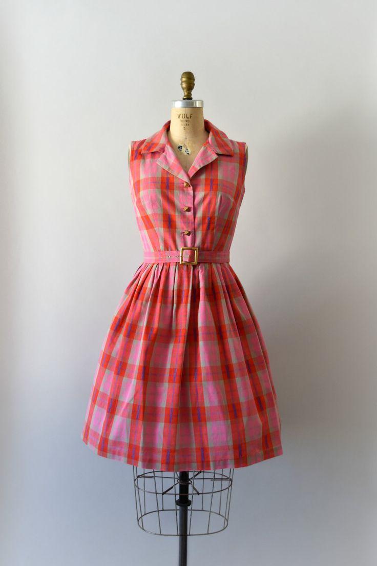 Vintage jaren 1950 jurk, roze en rode geruite katoenen lichaam, shirtwaist styling functies een knop front, tank stijl schouders, uitgerust met originele riem en volledige rok taille.  ---M E EEN S U R E M E N T S---  Pasvorm/grootte: kleine  Bust: 34 Taille: 26 Heupen: gratis Lengte: 38  Maker/merk: geen gevonden Staat: uitstekend  - - - - - - - - - - - - - - - - - - - - - - - - - -  Instagram: sweetbeefinds Facebook: sweet bee vindt vintage