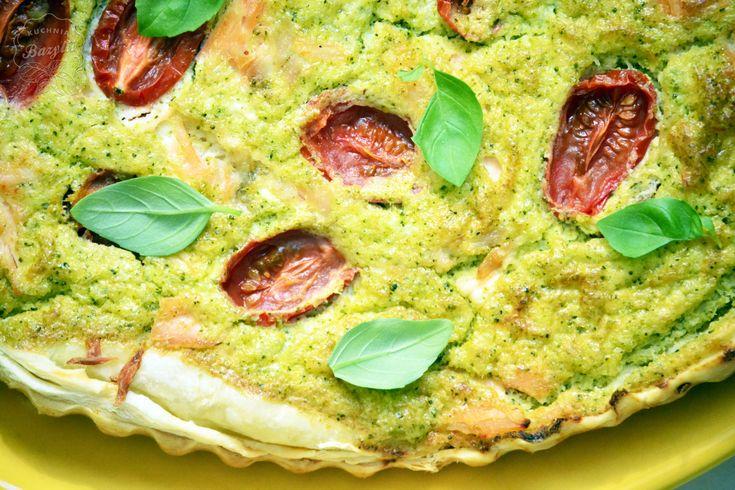Tarta z brokułami, łososiem i pomidorami