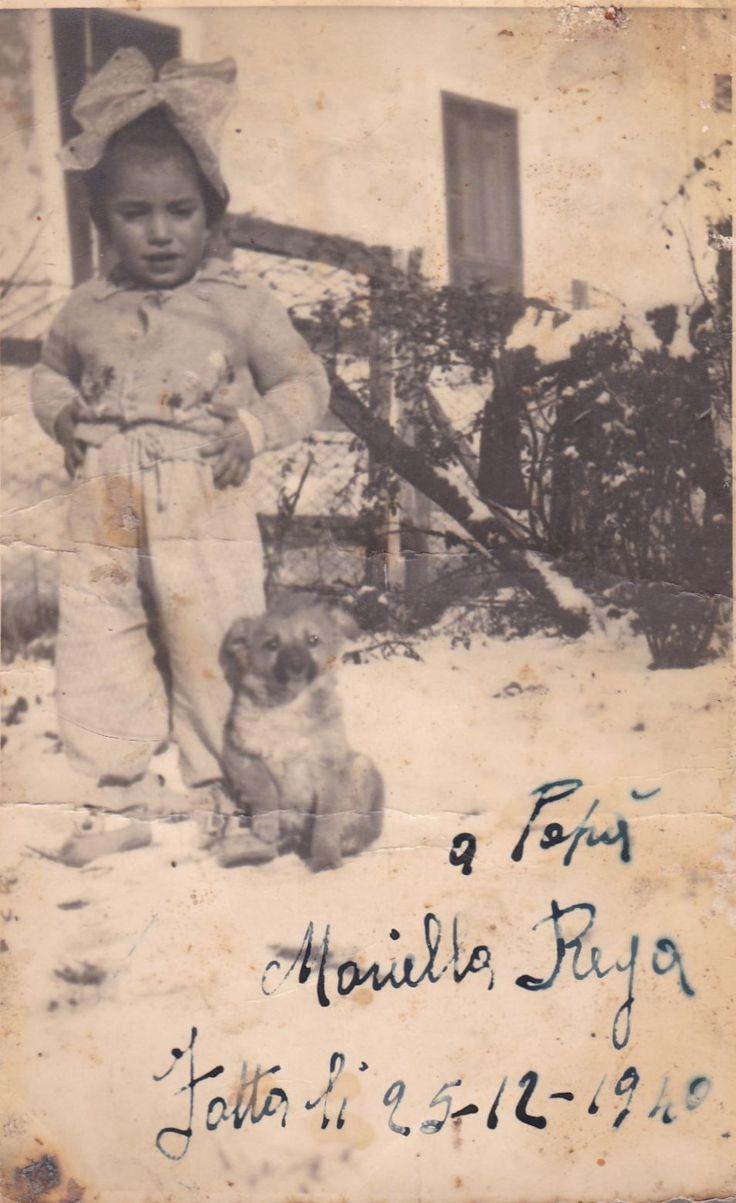 Maria all'ingresso della casa dei genitori in compagnia di un cagnolino il 25 dicembre del 1940