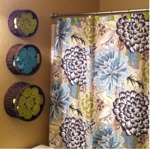 Instead of shelves: Baskets on the walls as towel holders