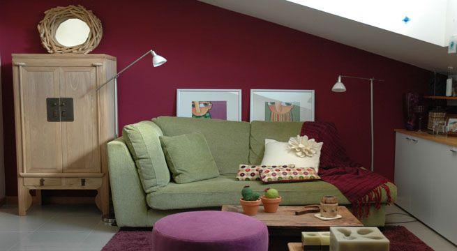 Sala decorada siguiendo un esquema de colores complementarios basados en el magenta y verde. Fuente: www.decorablog.com
