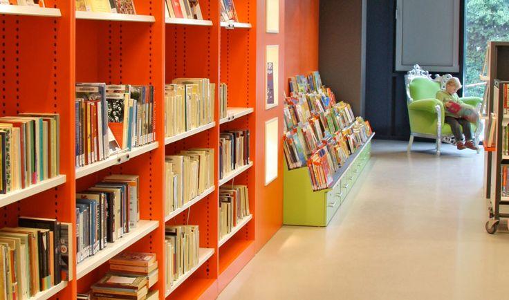 Inrichting van een bibliotheek-servicepunt gelegen in een school voor voortgezet onderwijs in Best. Er wordt gewerkt met een selfservicesysteem waar bezoekers zelf registreren. Kenmerkt zich door een vrolijke eigentijdse kleurstelling en het open karakter.  Opdrachtgever: de Bibliotheek Best Vloeroppervlak: 160 m2. Status: Uitgevoerd mei 2010