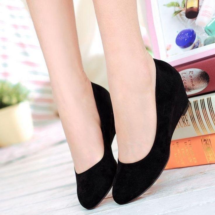 Очистить замшевые вещи поможет обычный сухарик. Высушите хлебную корочку, потом аккуратно протрите ею замшевую поверхность. От загрязнений на обуви не останется ни следа.