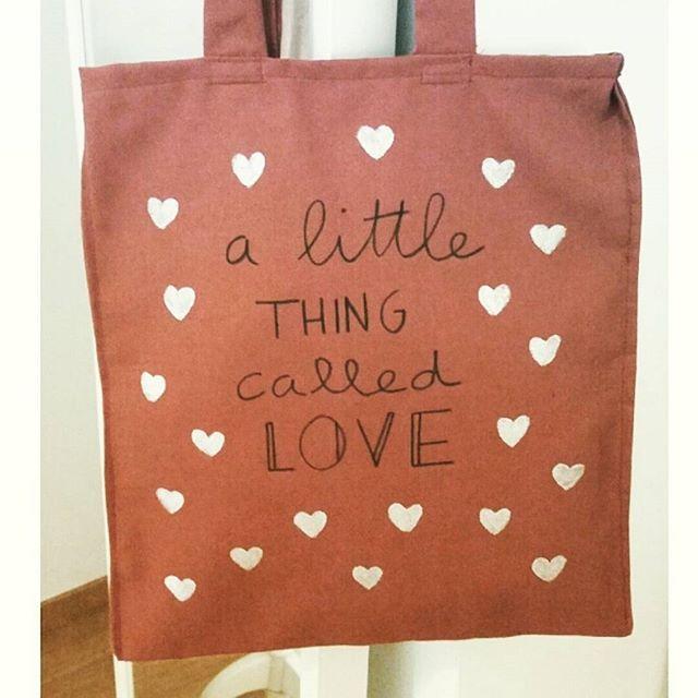 A little thing called love ❤ #totebag #eltallerdemir #totebagseltallerdemir GASTOS DE ENVÍO GRATIS con el código RENTREE hasta el viernes a las 00h  ➡www.eltallerdemir.es