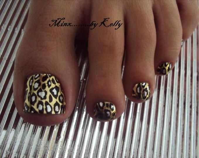 <3 My toes were done like this..but Hot Pink, black && Silver with glitter. Sooo freakin cute!Gotta love Leopard <3<3