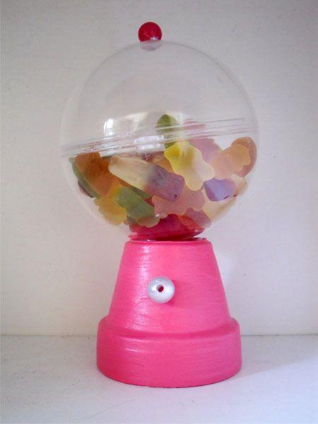 Dispensador de caramelos para los niños- http://www.bodas.net/articulos/como-hacer-un-dispensador-de-caramelos--c1897