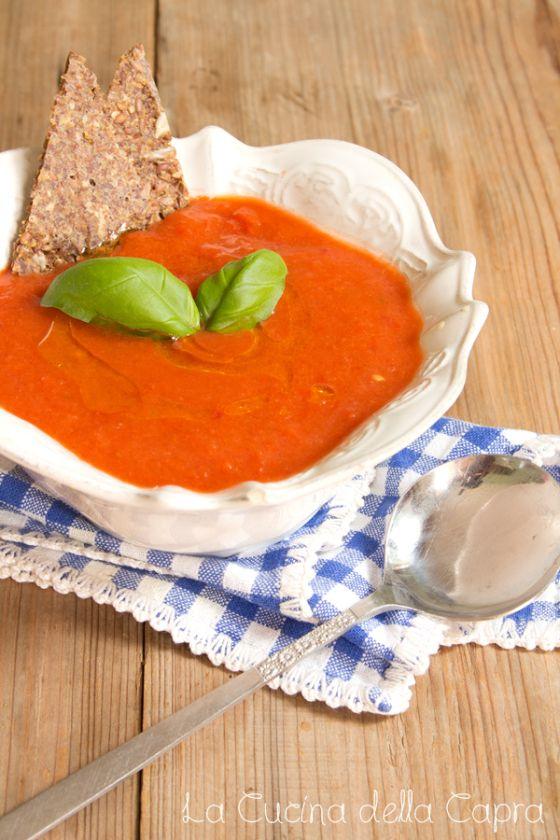 Crema fredda di peperoni, pomodoro e basilico. Perfetta per l'estate :) 2 peperoni rossi 2 pomodori rossi maturi mezza cipolla basilico fresco 4 cucchiai di olio evo 2 cucchiai di aceto di mele sale