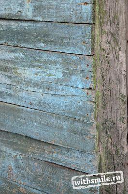 Из Крыма мы привезли много травы - лаванду, лимонник и др. В нашем сарае нашла старый ящик, потертый от времени с ржавыми уголками. Что это за ящик и от чего он, теперь трудно сказать, но он так красиво состарился! Я бы хотела научиться (как многие рукодельницы) добиваться такого эффекта от дерева. Похоже это на стиль шебби-шик или рустик. Такой деревенский декор. Box with lavender, Shabby chic, rustic decor.
