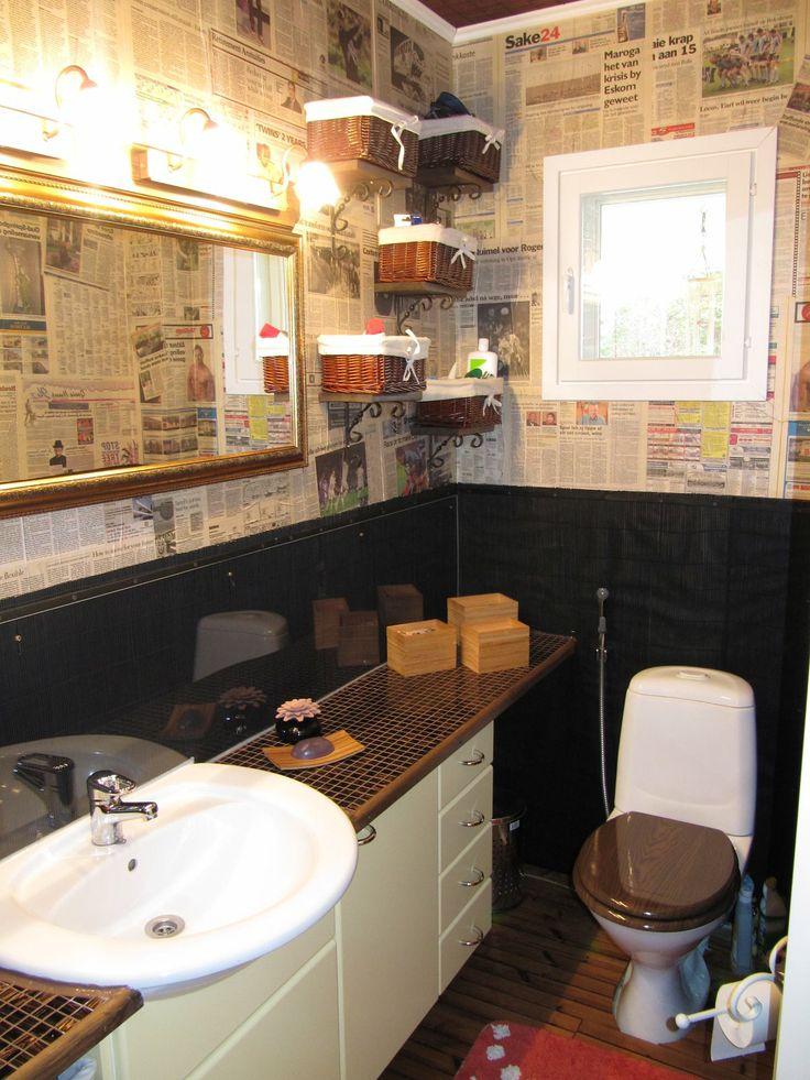 WC tapetoitu matkamuisto sanomalehdillä.