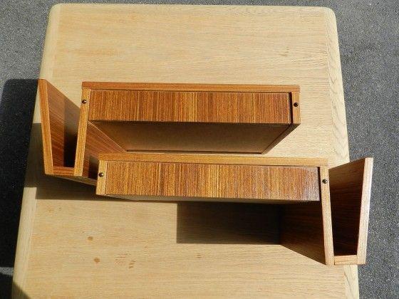 Två st vägghängda nattduksbord med tidningsfack och lådor med dolda handtag.