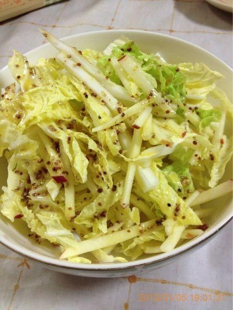 ドレッシングは、粒マスタード、しおこしょう、ビネガー、オリーブオイルで作っています。 - 12件のもぐもぐ - 白菜とりんごのサラダ by pesce3924