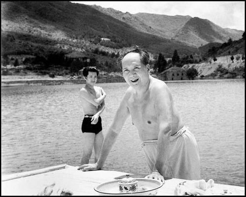 1961 Mao Zedong swimming in the man-made lake in Lushang