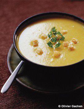 Recette Potage de légumes au beaufort : Epluchez les pommes de terre, l'oignon et les carottes. Coupez-les en gros morceaux. Otez les racines du poireau, coupez les feuilles les plus dures des extrémités, lavez-le sous un filet d'eau, puis détaillez-le en morceaux. Epluchez l'ail. Dans une...