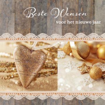 Kerstkaart met houten achtergrond en kanten strook met twee sfeervolle foto's met gouden kerstversiering.