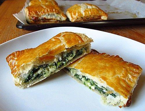 Griechische Blätterteig-Spinat-Taschen, ein sehr schönes Rezept aus der Kategorie Snacks und kleine Gerichte. Bewertungen: 37. Durchschnitt: Ø 4,1.