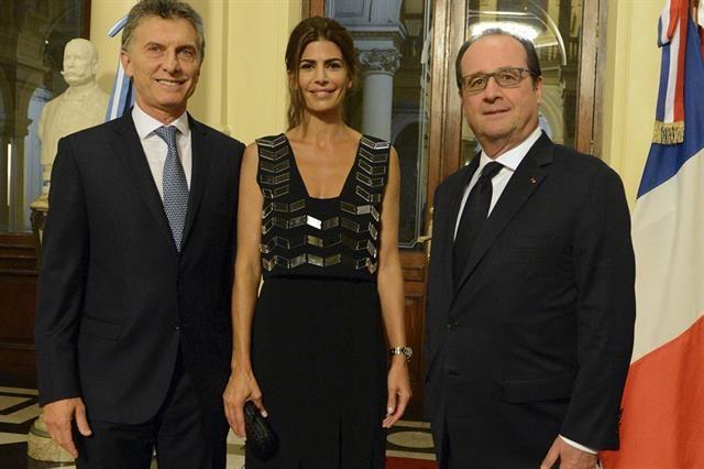 Juliana Awada con look chic y elegante para recibir al presidente de Francia Mauricio Macri, Juliana Awada y Francois Hollande en el encuentro en la Casa Rosada.Foto:Reuters