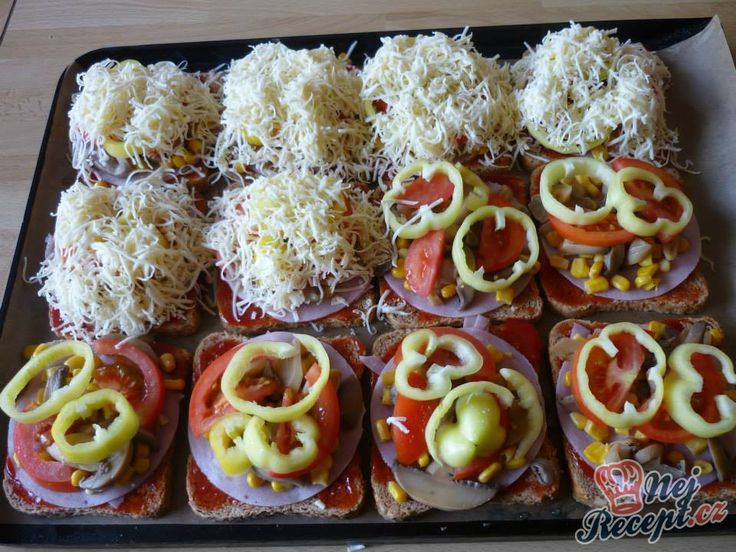 Pokud se vám nechce dělat kynuté těsto, které je základem pro klasickou pizzu, zkuste na plech poskládat plátky toastového chleba. Je to rychlá varianta, která je i chutná. Zapečený toust se šunkou, sýrem a zeleninou. Autor: Marta