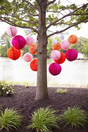 Wabenbälle in light pink, apricot, cerise und white sind eine tolle Dekoration für einen Hochzeitsbaum.