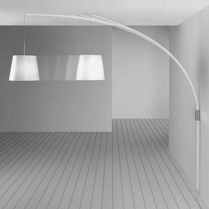 Ultraluce Cursore la lampada da parete che, viste le grandi dimensioni, arriva ad illuminare un tavolo.