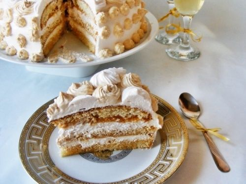 Tort cu frisca si caramel - http://www.gustos.ro/retete-culinare/tort-cu-frisca-si-caramel.html