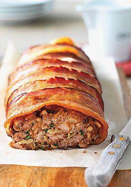 Êtes-vous bien assis sur votre chaise? Car nous avons quelque chose pour vous. Soyez prêt pour ce pain aux trois viandes, soit le porc, l'agneau et le veau de l'Ontario. Et j'allais oublier, il est enveloppé de bacon. Miséricorde!