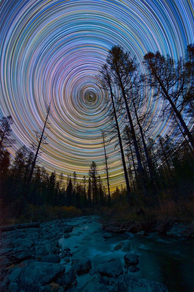 The Russian photographer Evgeniy Zaytsev captured breathtaking views of the sky during his travels around his country. Photos are formed by merging several images taken over several hours.The movement of the Earth does the rest.