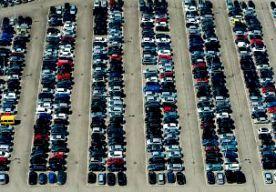 8-Oct-2014 13:43 - AUTO'S GECONFISQUEERD BIJ SCHIPHOL. Bij een controle op Schiphol hebben de marechaussee, douane, FIOD en de Belastingdienst gisteren 34 auto's in beslag genomen. Ook is bijna 30.000 euro geïncasseerd aan onder meer openstaande boetes. Ruim 8000 auto's werden gescand met automatische kentekenplaatherkenning. Als bleek dat er bijvoorbeeld iets was met het voertuig of dat de eigenaar een belastingschuld had, werd de auto naar een plek bij de aankomsthal geleid...