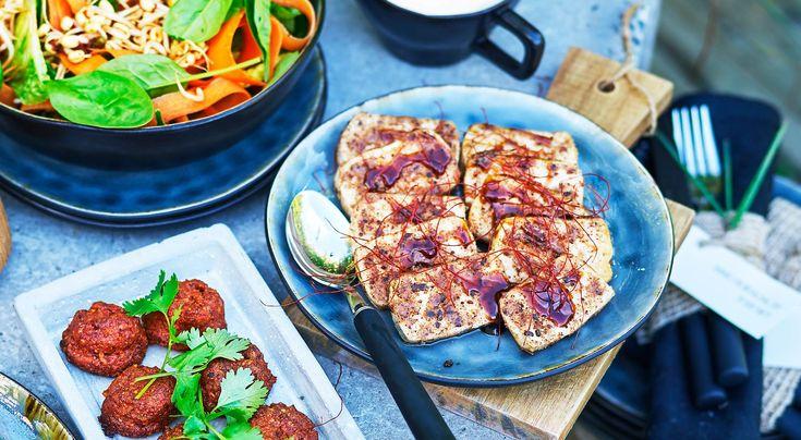 Recept på kryddstekt tofu med hoisinsås. Majsstärkelsen gör att tofun blir lite frasigare när den steks.