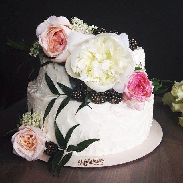 А это, как говорится, срочно в номер! Аня @rungeanna вместе со своими девочками сегодня оформляют свадьбу в старинной усадьбе Зубовых на Таганкн, а мы для торжества приготовили торт! Нежный двухъярусный красавец, оформленный в соответствии с эскизом и фото-примером, пионом, розами и позолоченной ежевикой  // Сливочно-сырный торт на шоколадном бисквите, 5,5 кг // #kalabasa_cake #Padgram