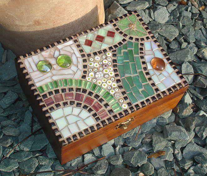 Me encanta! cajita reciclada con pedazos de mosaicos Más