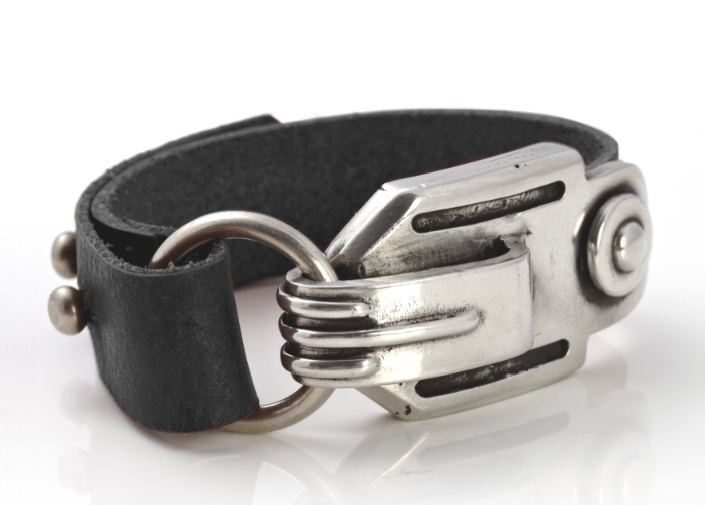 A masculine leather cuff to bring a touch of urban combat to your daytime look.
