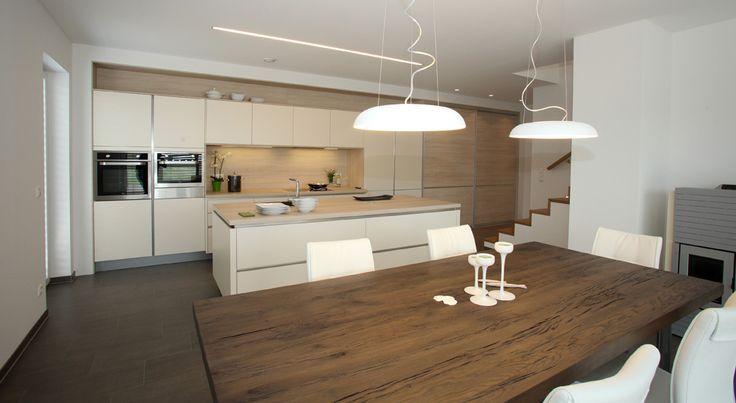 Grifflose Küche in Magnolie matt kombiniert mit Holzdekorelementen - küche hochglanz oder matt