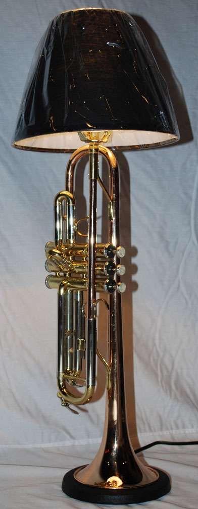 Une trompette recyclée en lampe