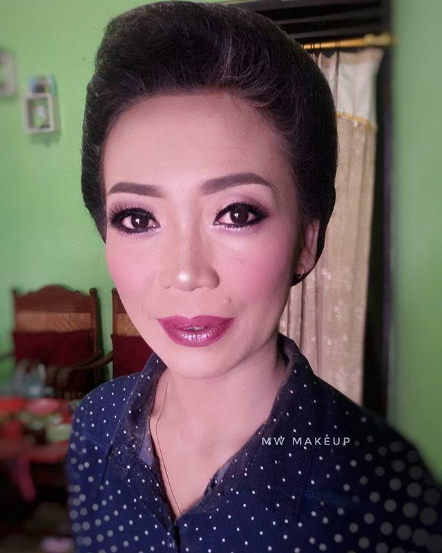 """Makeover mb siyahRini @rini8698 Cantik tanpa cukur alis . Makeup by me MW | @magdalena_widie WA/Call : 0817871089 . . . . #inspirasipengantin #pengantin #wonosarihits #periasgunungkidul #periaswonosari #makeuplover #mua #muawonosari #fashionmakeup #wedding #weddings#weddingday#weddingphotography #weddingphotographer #hijabers #weddingjogja #jogjaputri #vendorweddingjogja #hijab #pernikahanjogja #indonesianbride #pernikahanindonesia #makeup#makeover#makeupartist #muaworldwide #gunungkidul…"