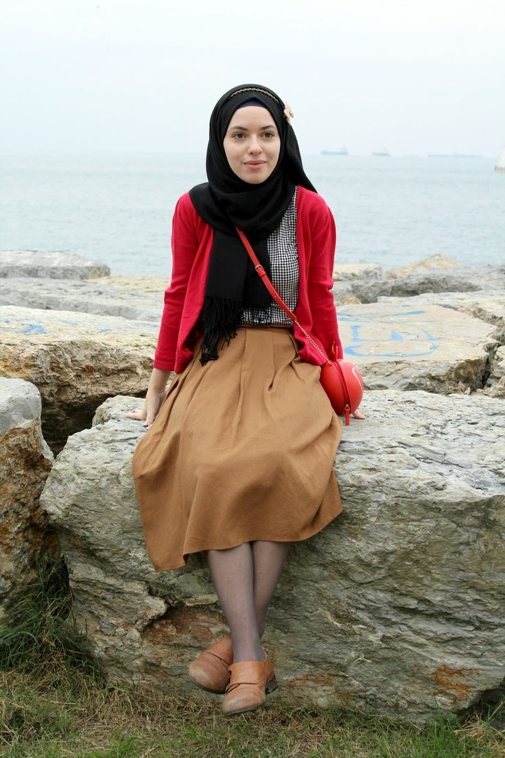 Vintagonista Vintage: vintage inspired outfit, vintage hijab outfit, colourblock, camel midi skirt, gingham blouse, red cardigan, eclectic style, retro style, hijab style