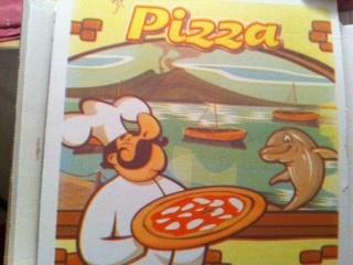 Variante sul tema: Napoli è presente ma appare un inusuale delfino ammiccante. Carino il tratto cartoon
