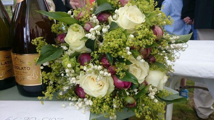 Brudbukett, rosor, pioner, liljekonvaljer, daggkåpa