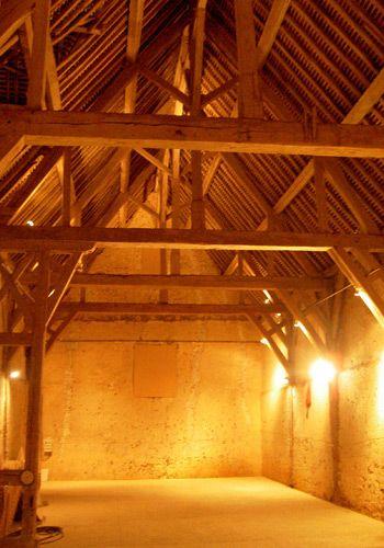 A l'intérieur de la grange dimière (XVIIe s.), la  charpente en bois de châtaignier a su résister aux aléas climatiques (et aux toiles d'araignées totalement absentes!)