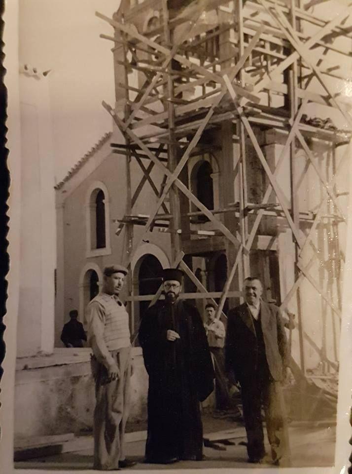Γυρω στο 1957. Ο παπα Νικόλας Βενεκας,ο Γιώργος Τουφεξης Χατζής ενώ χτιζοταν το καμπαναριο στον Αγ.Αντωνη. Η σκέψη ήταν να κάνουν δύο. Ένα αριστερά και ένα δεξιά της εισόδου. Τελικά έγινε ένα κεντρικό.
