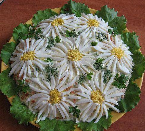 Una decorazione d'effetto per l'insalata russa