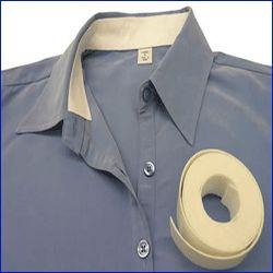 EN el mercado hay cintas especiales para evitar las manchas dentro de los cuellos de las camisas.